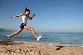 Frau springend am Strand